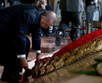 AKP'Lİ YAZAR,AKP ANITKABİR'DE Kİ TÖRENLERE ZORUNLU OLDUĞU İÇİN KATILIYOR
